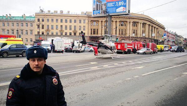 Soccorsi nei pressi della fermata della metropolitana Teknologicheskij Institut a San Pietroburgo - Sputnik Italia