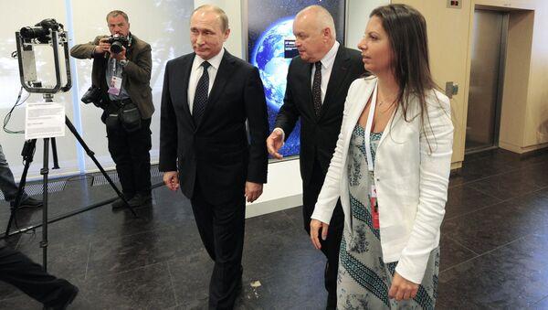 Il presidente russo Vladimir Putin e la caporedattrice del canale televisivo RT (Russia Today) Margarita Simonyan al decimo anniversario di RT - Sputnik Italia