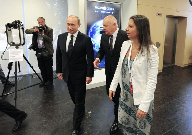 Il presidente russo Vladimir Putin e la caporedattrice del canale televisivo RT (Russia Today) Margarita Simonyan al decimo anniversario di RT