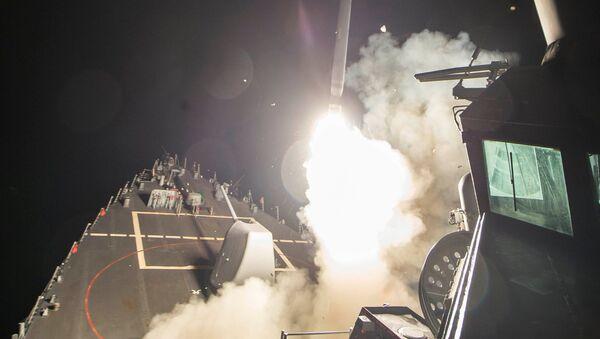 Американский эсминец типа Ross производит ракетный удар по сирийской авиабазе - Sputnik Italia