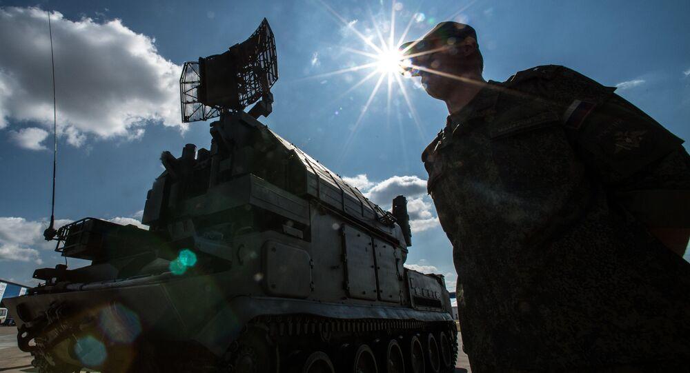 Un soldato russo vicino ad un radar mobile antimissile
