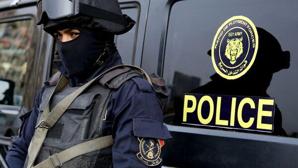 Египетская полиция рядом с машиной - Sputnik Italia