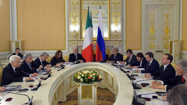 L'incontro tra Mattarella e il premier russo Medvedev - Sputnik Italia