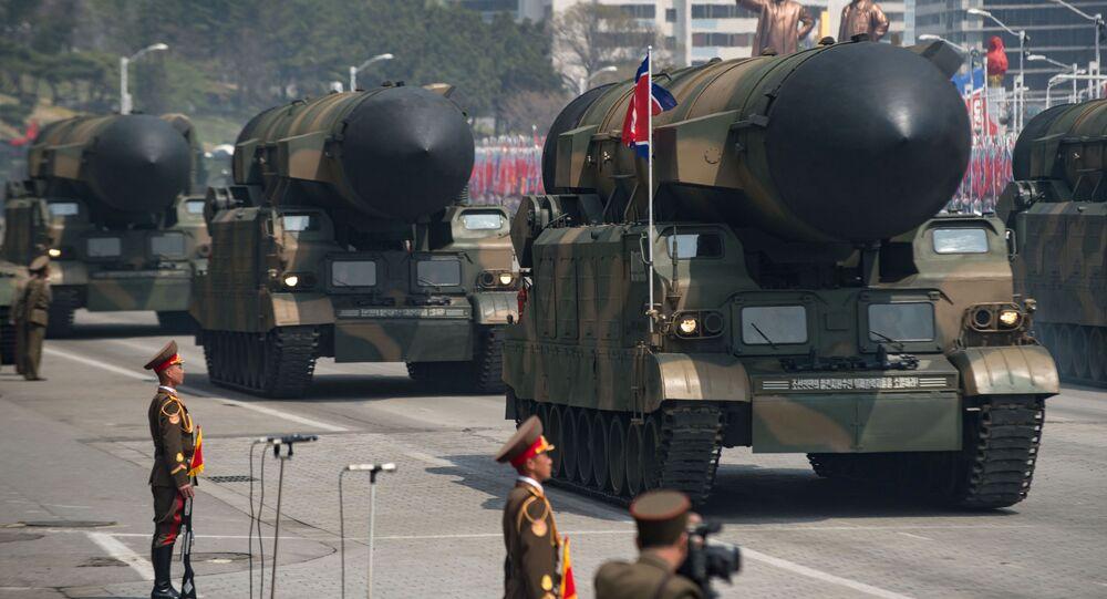 Missili nordcoreani in mostra alla parata del giorno del sole a Pyongyang