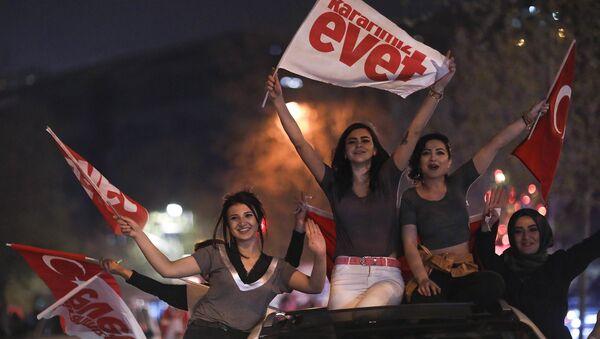 Ecco come si celebra la vittoria della riforma costituzionale presidenzialista in Turchia - Sputnik Italia