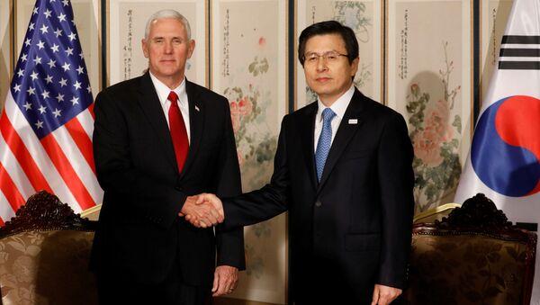 Vicepresidente USA Mike Pence e premier e presidente ad interim sudcoreano Hwang Kyo-ahn - Sputnik Italia