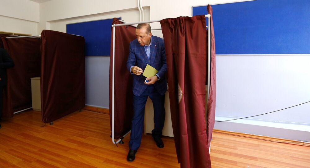 Erdogan al seggio elettorale per il referendum costituzionale di domenica 16 aprile