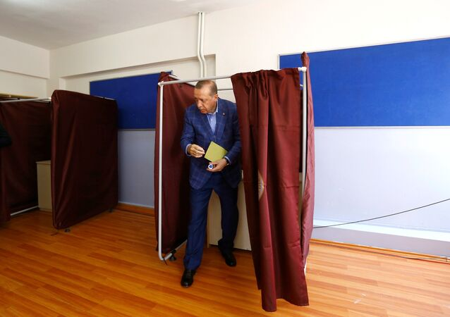 Presidente Erdogan al seggio elettorale durante il referendum costituzionale del 16 aprile