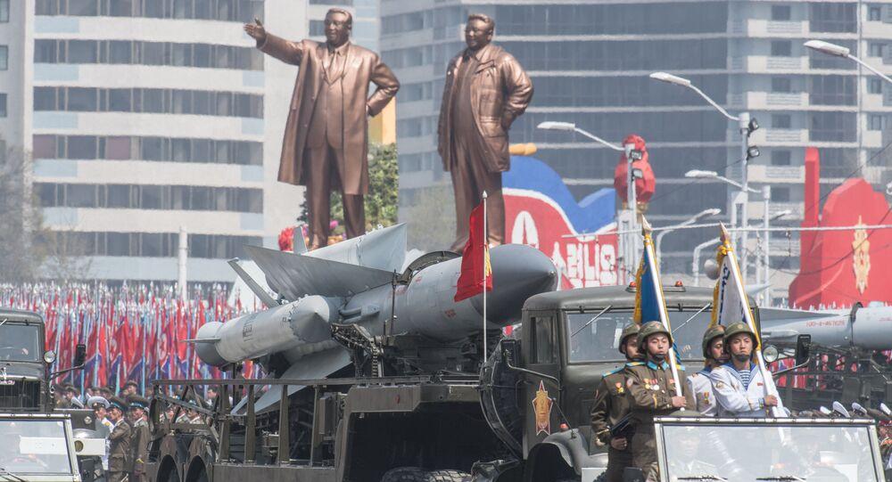 Il complesso missilistico antiaereo S-200 dell'Esercito popolare di Corea del Nord a una parata a Pyongyang, Corea del Nord.
