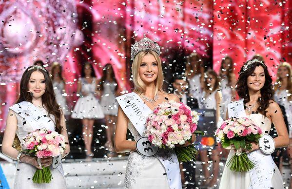 Il podio del concorso di bellezza Miss Russia 2017. Da sinistra a destra, Albina Aktyamova (2°), Polina Popova (1°) e Ksenya Aleksandrova (3°) - Sputnik Italia