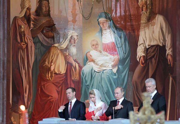 Vladimir Putin e Dmitry Medvedev alla messa liturgica per la Pasqua ortodossa nella cattedrale del Cristo Salvatore di Mosca. - Sputnik Italia