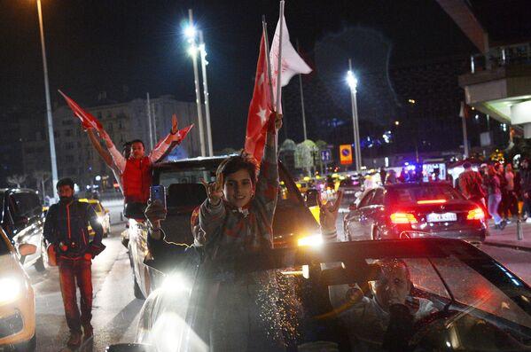 I sostenitori del presidente turco Tayyip Erdogan celebrano la vittoria al referendum costituzionale in Turchia. - Sputnik Italia