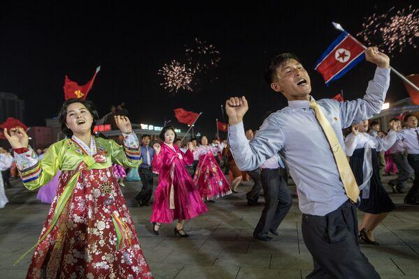 Le celebrazioni del centocinquesimo anniversario dalla nascita di Kim Il-sung a Pyongyang, Corea del Nord. - Sputnik Italia