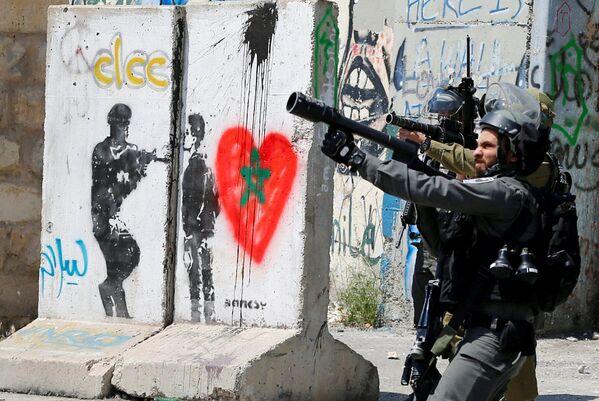 Soldati israeliani durante gli scontri con i palestinesi durante le manifestazioni di solidarietà con i prigionieri palestinesi. - Sputnik Italia