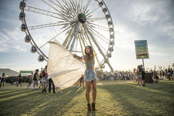 Una ragazza balla al festival musicale Coachella a Indio, USA. - Sputnik Italia