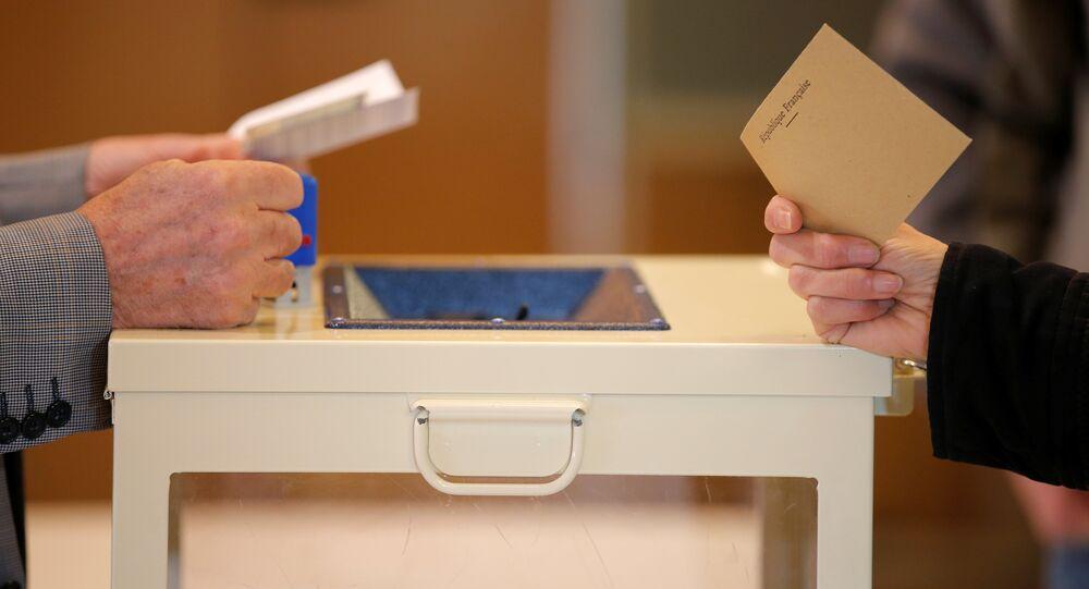 Una donna esprime il suo voto alle elezioni presidenziali francesi del 2017