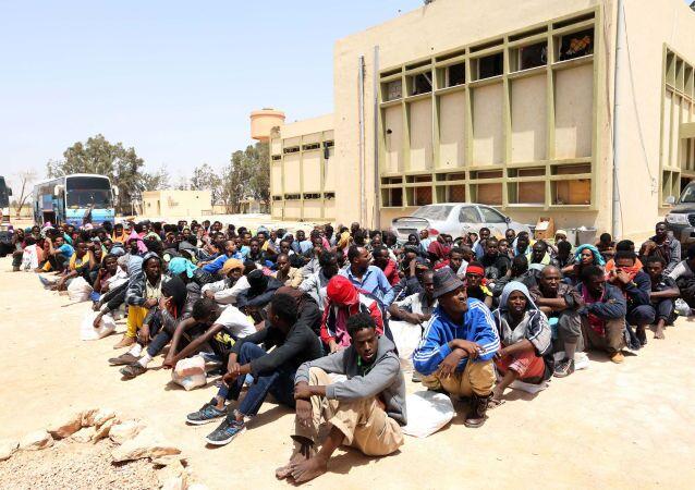 I migranti illegali dall`Africa  nel porto libico di Misrata