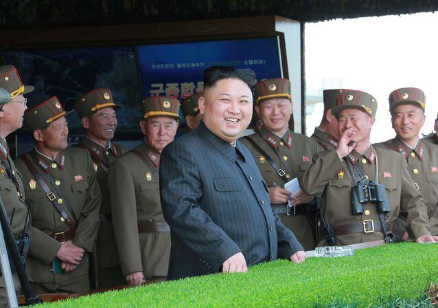 Kim Jong Un alle manovre d'artiglieria nella Corea del Nord