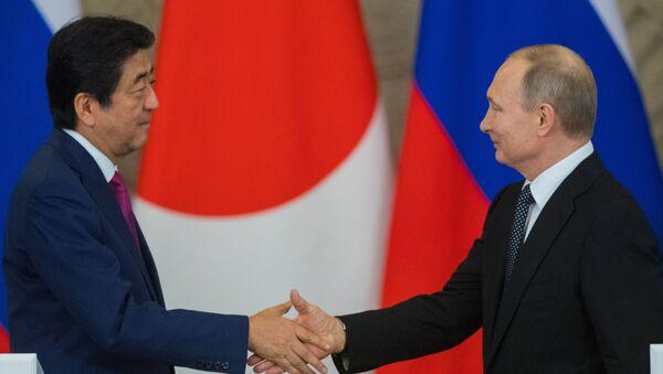 L'incontro tra Vladimir Putin e Shinzo Abe - Sputnik Italia