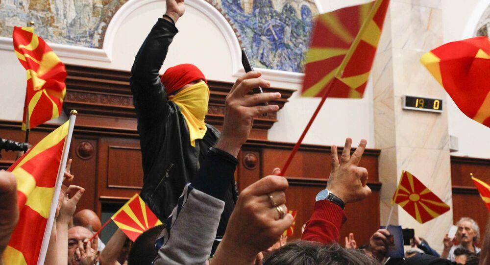 Blitz dei dimostranti al Parlamento macedone contro i socialdemocratici e il partito filo-albanese