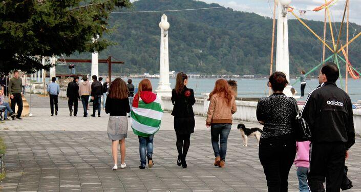 Giovani a passeggio sul lungomare di Sukhum