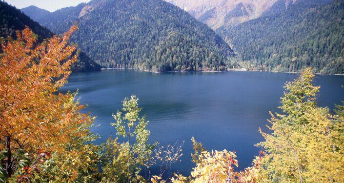 Il lago montano di Riza in Abcasia