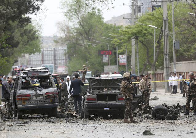 Forze di sicurezza ispettano il sito dell'attentato suicida a Kabul, Afghanistan.