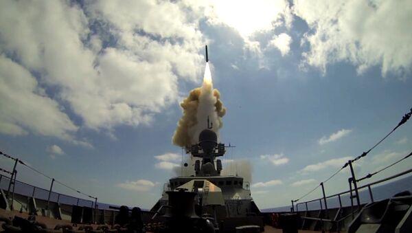 Nave militare russa lancia missile da crociera - Sputnik Italia