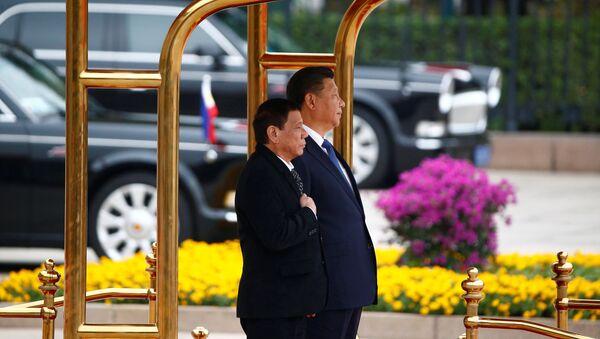 Il presidente filippino Rodrigo Duterte e il Presidente cinese Xi Jinping - Sputnik Italia