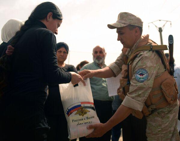 Mai soli. I soldati russi distribuiscono aiuti in Siria - Sputnik Italia