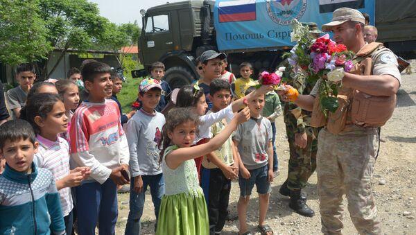Siria, abitanti di villaggio di montagna accolgono i militari russi con dei fiori - Sputnik Italia