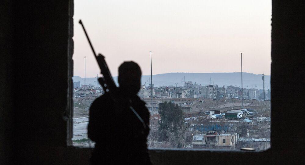 Soldato con fucile da cecchino