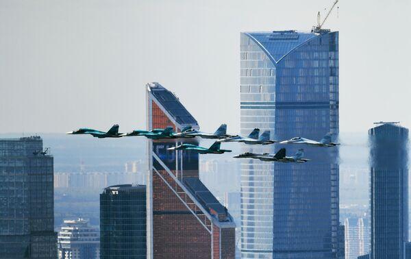 Il caccia Sukhoi Su-35 e i bombardieri Sukhoi Su-27 e Su-34 alle prove della parte aerea della Parata della Vittoria a Mosca. - Sputnik Italia