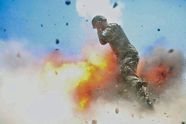 Una foto dell'esplosione in Afghanistan che ha ucciso quattro soldati afghani e il fotografo americano che ha preso la foto. - Sputnik Italia