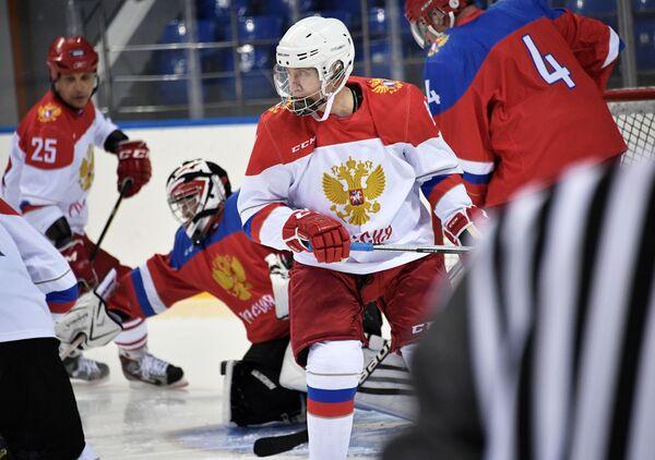 Il presidente russo Vladimir Putin durante un allenamento di hockey sul giaccio. - Sputnik Italia