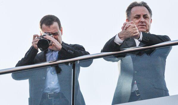 Il primo ministro russo Dmitry Medvedev e il suo vice Vitaly Mutko guardano la gara della tappa russa del campionato mondiale Formula-1. - Sputnik Italia