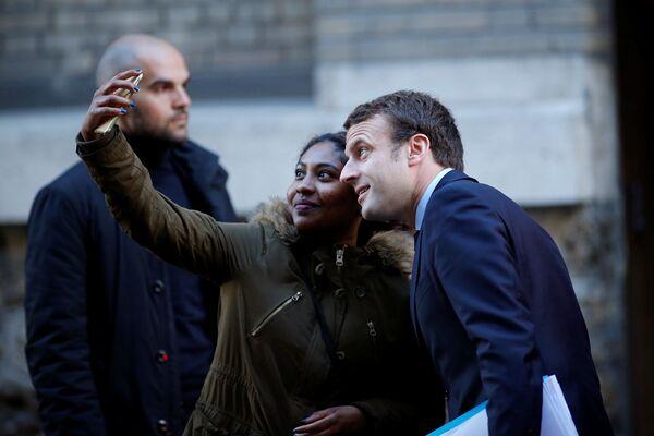 Il candidato al presidente della Francia Emmanuel Macron fa un selfie con un'ammiratrice. - Sputnik Italia