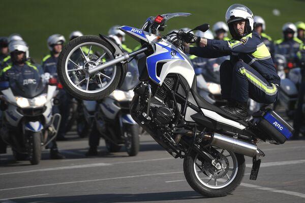 Un poliziotto stradale si prepara per una nuova moto stagione in Russia. - Sputnik Italia