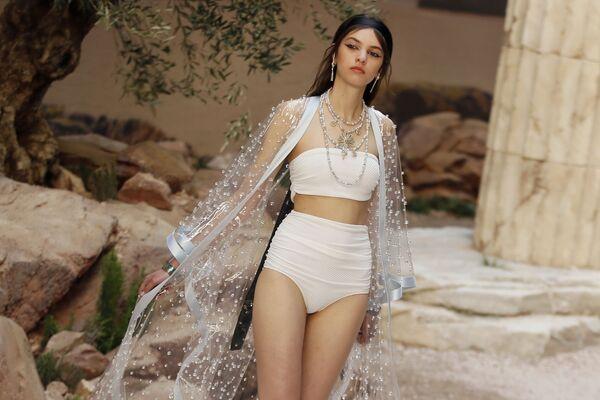 Una modella presenta la collezione di Chanel Cruise a Parigi. - Sputnik Italia