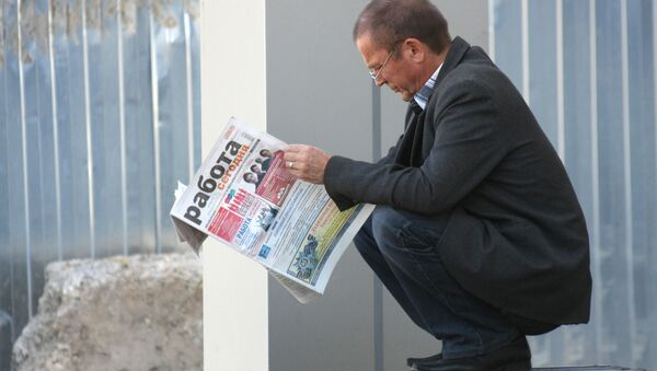 Un uomo cerca una proposta di lavoro in un giornale. - Sputnik Italia