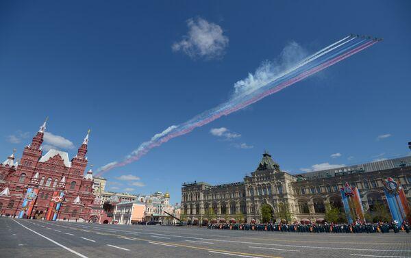 Le pattuglie acrobatiche Strizhy e Russkiye Vityazy disegnano il tricolore russo nel cielo - Sputnik Italia