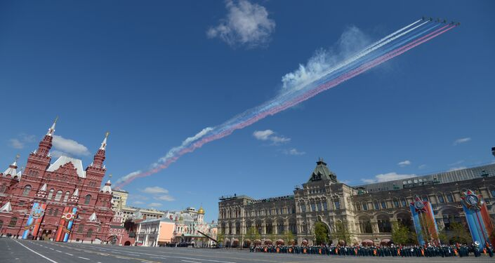 Le pattuglie acrobatiche Strizhy e Russkiye Vityazy disegnano il tricolore russo nel cielo