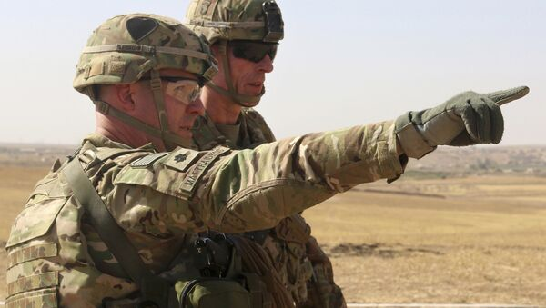 This Oct. 10, 2016 photo released by the U.S. Army shows U.S. Army Lt. Col. Ed Matthaidess, commander, left, Task Force Falcon, outlining areas of an Iraqi security forces tactical assembly area to U.S. Army Maj. - Sputnik Italia