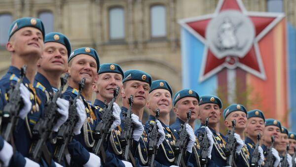 I paracadutisti dell'esercito russo sfilano sulla Piazza Rossa. - Sputnik Italia