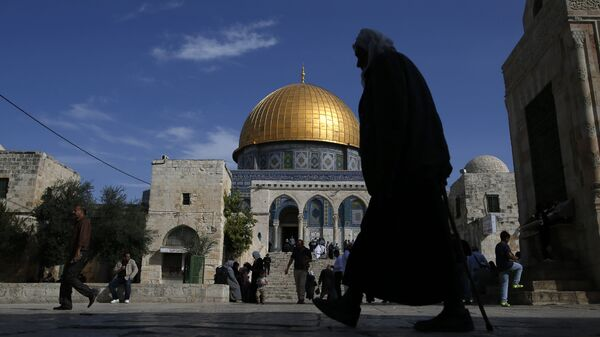 A Palestinian man walks past the Dome of Rock at the Al-Aqsa Mosque compound after the Friday prayer in Jerusalem's Old City on November 11, 2016 - Sputnik Italia