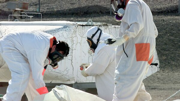 Workers at the Hanford Nuclear Reservation near Richland, Washton, measure for radiation and the presence of toxic vapors in March 2004. - Sputnik Italia