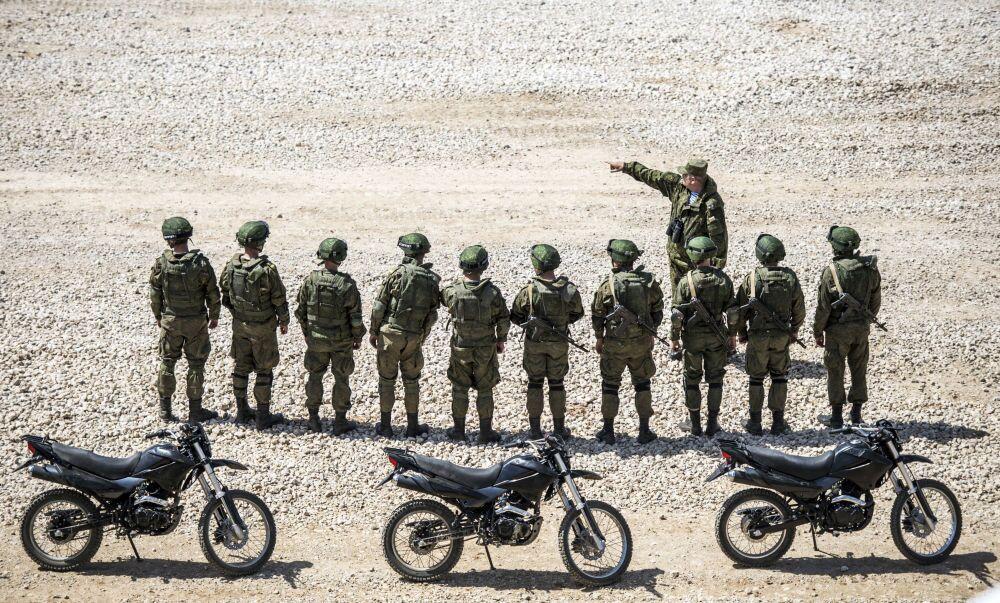 I militari durante la presentazione dell'equipaggiamento nel quadro della preparazione al forum tecnico-militare internazionale Armija-2015 nella regione di Mosca.