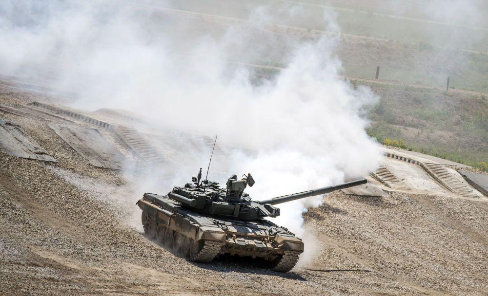 Il carro T-72BZ durante la presentazione dell'equipaggiamento nel quadro della preparazione al forum tecnico-militare internazionale Armija-2015 nella regione di Mosca.