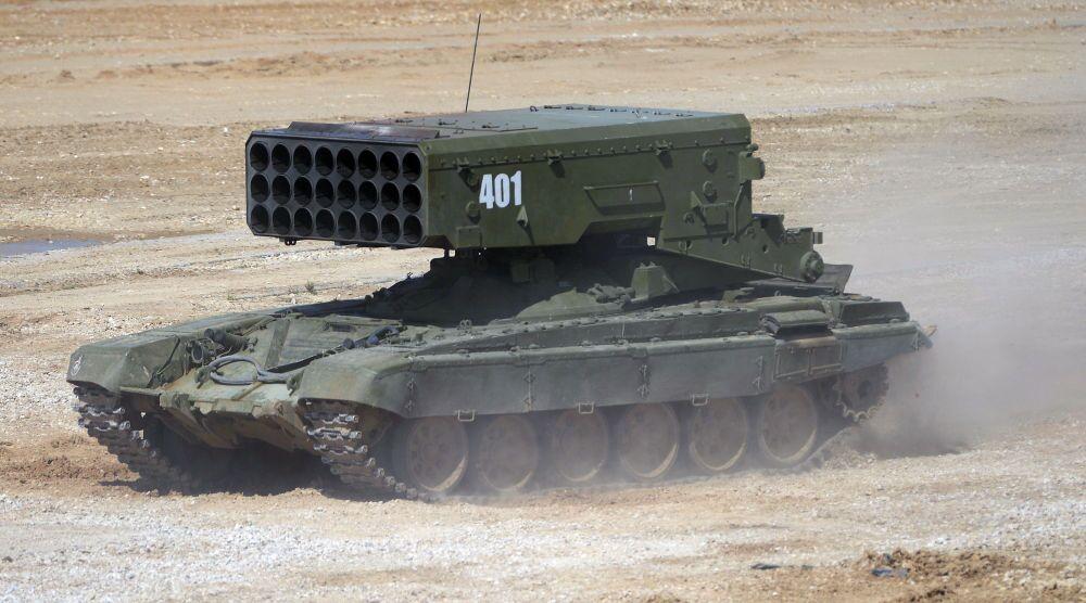 Il lanciarazzi multipli TOS-1A Solntsepek durante la presentazione dell'equipaggiamento nel quadro della preparazione al forum tecnico-militare internazionale Armija-2015 nella regione di Mosca.