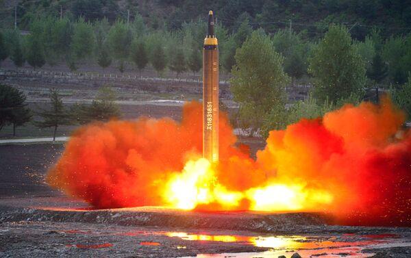 Il lancio del missile balistico Hwasong-12 - Sputnik Italia